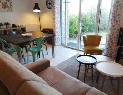 Vous disposez d'un coin salon confortable avec canapé, 2 petits fauteuils, TV sur Freebox (fibre ; wifi).