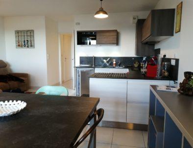 La proximité du coin repas et de la cuisine est très fonctionnelle et confortable à l'usage.