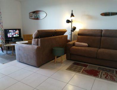 Un canapé-convertible haut de gamme se transforme en un lit très confortable en 140*200, qui n'empiète en rien sur  les autres zones de l'appartement.